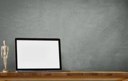 Computadora portátil en el escritorio Fotografía de archivo