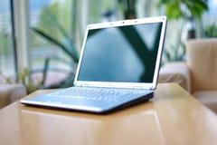 Computadora portátil en el escritorio de oficina Imagen de archivo