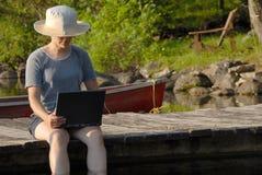 Computadora portátil en el muelle imágenes de archivo libres de regalías