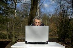 Computadora portátil en el país Fotos de archivo
