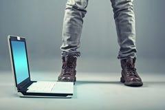Computadora portátil en el suelo Imagen de archivo libre de regalías