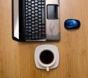 Computadora portátil en el vector de madera Foto de archivo libre de regalías