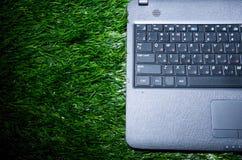 Computadora portátil en hierba Fotografía de archivo