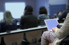 Computadora portátil en la conferencia. Imágenes de archivo libres de regalías