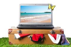 Computadora portátil en la maleta Imagen de archivo