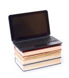 Computadora portátil en los libros Imagen de archivo libre de regalías