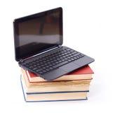 Computadora portátil en los libros Foto de archivo libre de regalías
