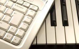 Computadora portátil en piano Foto de archivo libre de regalías