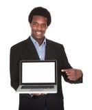 Computadora portátil feliz de la explotación agrícola del hombre de negocios foto de archivo libre de regalías