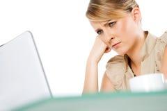 Computadora portátil femenina trastornada Fotos de archivo