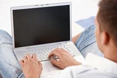 Computadora portátil funcionando Imágenes de archivo libres de regalías