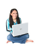 Computadora portátil hispánica joven de la mujer Fotografía de archivo