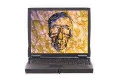 Computadora portátil infectada con el virus, cráneo en la pantalla. ilustración del vector