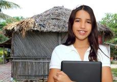Computadora portátil latina india de la explotación agrícola del estudiante adolescente trigueno Foto de archivo libre de regalías