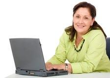 Computadora portátil mayor de la mujer de negocios Fotos de archivo libres de regalías