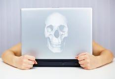 Computadora portátil mortal conectada con el Internet fotografía de archivo libre de regalías