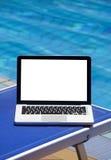 Computadora portátil por la piscina Imagen de archivo libre de regalías