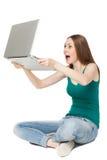 Computadora portátil que se sostiene femenina emocionada Imagen de archivo libre de regalías