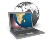 Computadora portátil que visualiza la tierra Foto de archivo