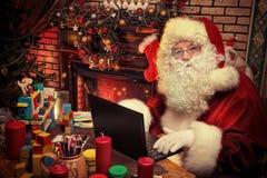 Computadora portátil santa imagen de archivo libre de regalías