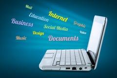 Computadora portátil sobre fondo azul Concepto de la comunicación Imagenes de archivo
