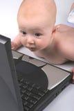 Computadora portátil una del bebé imágenes de archivo libres de regalías
