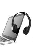 Computadora portátil y auriculares imagen de archivo