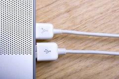 Computadora portátil y cables 3 Imágenes de archivo libres de regalías