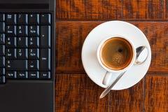 Computadora portátil y café Foto de archivo libre de regalías
