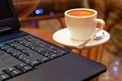 Computadora portátil y café Fotos de archivo