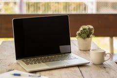 Computadora portátil y café Fotografía de archivo