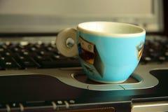 Computadora portátil y café-taza foto de archivo