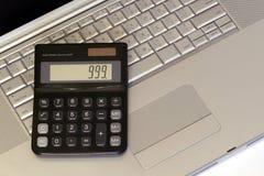 Computadora portátil y calculadora Fotografía de archivo libre de regalías