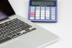 Computadora portátil y calculadora imágenes de archivo libres de regalías