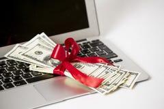 Computadora portátil y dinero Fotos de archivo libres de regalías