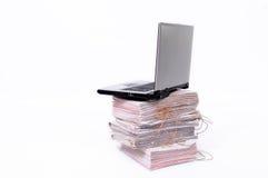 Computadora portátil y documentos Fotos de archivo libres de regalías