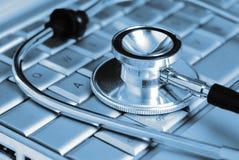 Computadora portátil y estetoscopio médicos Fotografía de archivo