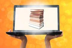 Computadora portátil y libro fotos de archivo libres de regalías
