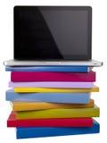 Computadora portátil y libros imágenes de archivo libres de regalías