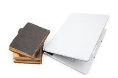 Computadora portátil y libros de ley Imagen de archivo libre de regalías