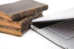 Computadora portátil y libros de ley Fotografía de archivo