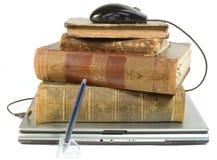 Computadora portátil y libros viejos con el camino imágenes de archivo libres de regalías