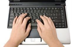 Computadora portátil y manos Imagen de archivo libre de regalías