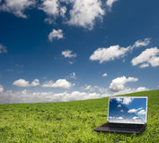 Computadora portátil y naturaleza Fotos de archivo libres de regalías