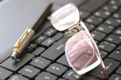 Computadora portátil y pluma Fotos de archivo libres de regalías