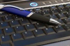 Computadora portátil y pluma Imagen de archivo