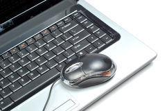 Computadora portátil y ratón Fotos de archivo