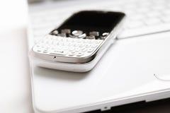 Computadora portátil y smartphone Fotos de archivo libres de regalías