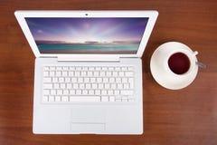 Computadora portátil y té Foto de archivo