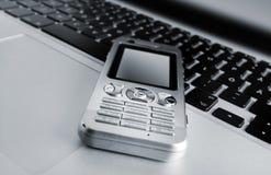 Computadora portátil y teléfono móvil Fotos de archivo